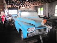 お宝の眠る50年前に閉鎖された自動車ディーラー。数十年ぶりに販売へ。動画象。