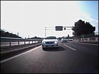 高速道路でバイクを煽りさらに車線の外側をすり抜けしていくDQNクラウン
