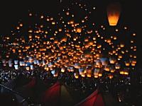 夜空がオレンジ色の灯籠で染まる。台北のランタンフェスティバルが綺麗だ。