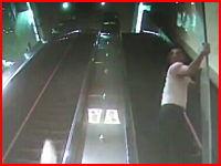 エスカレーターに飲み込まれた男性が死亡。これは恐ろしすぎる映像でした。