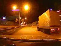 韓国のドライブレコーダー。猛スピードで逆走してる車が突っ込んでくる瞬間