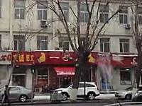中国。屋根の雪が落ちてきているなぁと眺めてたら美しい屋根雪崩が撮れた