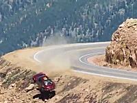 崖からどーん。パイクスピークでコントロールを失い崖から落下してしまう車