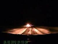 これは良く避けた。暗闇の中で奇跡の神回避を見せるドライブレコーダー動画