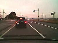 右折レーンを爆走して交差点を直進する危険なワゴンRを撮影したドラレコ。