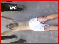 シリア動画。敵兵に捕まった男性が半裸状態で引きずり回されている・・・。