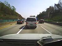 こわっ!渋滞中の車列に二台のトラックが突っ込んでくるドライブレコーダー
