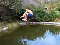 ハイスペック人間が走り幅跳びでプール越えを狙うが・・・。ギリギリポチャリ。