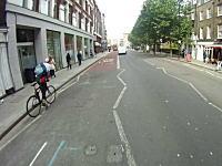 道路の迷惑者。メッセンジャーバイクがバスと車に挟まれてしまう瞬間の動画