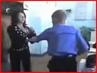 ロシアは教室もおそロシア。生徒が女教師をノックアウトしてしまう衝撃映像