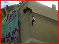 自殺志願者の若い女性がショッピングモールの屋上から落下する衝撃映像