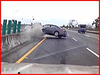 ヤバいドラレコ。高速道路で中央分離帯に衝突した車からドライバーが・・・。