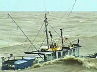ちょwwwよく沈没しないなwwwという大変な事になっている漁船の動画