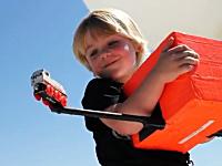 息子の大好きなおもちゃ「機関車スタンリー」を宇宙に飛ばしたお父さん。