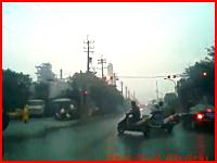 信号待ちをしていたスクーターの車列に車が突っ込み複数の人が飛ばされる
