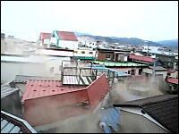 流されていく家屋が間近で撮影された東日本大震災の津波映像。気仙沼