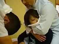 日本のボキボキ動画が海外で話題に。おにゃのこの首をポキ!ゴリゴリ!