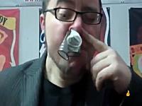 鼻の穴で3つのコンドームを同時に吸い込み口から出す男。キモ技ビデオ。