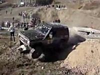 これは撮影場所が悪いだろ・・・。四駆の車がカメラマンを撥ね飛ばし更に一人の上を通過・・・。