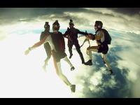 信じられないほど美しいスカイダイビングのスーパースローモーション作品。
