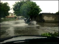 エクストリーム転倒。水没した道路を無理矢理バイクで進むのは危険です。