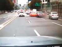 韓国のこの事故ひでえ。渋滞気味の車列に後続車が猛スピードで突っ込む。