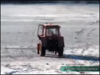 ロシアの死亡事故。酔った男性がトラクターで凍った湖を渡ろうとして沈没。