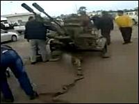 【リビア】反政府運動を続ける市民たちが対空機銃などを入手。ガダフィオワタ
