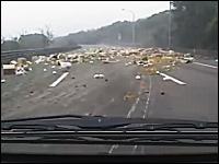 「バンッ!」トラックのタイヤがパンクするとヤバい動画。哀愁ただようリンゴ。