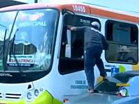 ブチ切れ動画。怒り狂った男がバーサク状態でバスの窓ガラスを拳で粉砕。