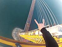 高すぎてビビル。吊り橋の建設用クレーンに不法侵入したロシアの少年たち。