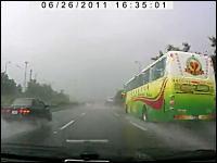 視界の悪い雨の高速道路で既に事故っている所にさらに追突ドラレコ映像
