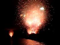 まさかの花火大失敗。15分間分の花火が一斉に打ち上げられて大爆発。米