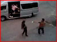 殺人現場。至近距離から複数の銃弾を浴びて殺害された男性の映像。注意。