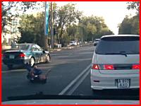 逆走車にはねられた男性が激しく痙攣しているショッキングな交通事故の映像