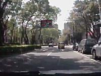 原チャリの勝利。スクーターを追いかけていた車が駐車中の車にズドン(´・_・`)