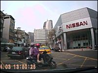 NISSANスクエアでスクーターが二人乗りのスクーターに突っ込む事故動画