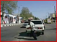 道路を横断しようとしていた男性が撮影車の目の前で対向車に撥ねられる