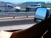 高速道路を逆走し続けるピックアップトラックが大変な事になってしまう動画
