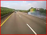 これは怖い。トラックと絡んだセダンがそのまま高速でズリズリされる衝撃映像