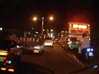 ジコジコ動画。転倒したライダーの上を車がもろに通過・・・。これは痛い(@_@;)