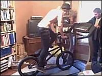海外の馬鹿動画。ルームランナーの上で自転車に乗ってみた。回転したw
