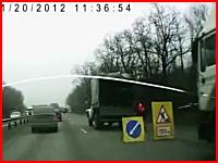 トラックとトラックの間に作業員が挟まった(@_@;)作業車にトラックが追突。