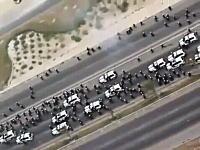 怒る市民vs警官隊。中東の国バーレーン王国で警官隊を追い回す市民たち。