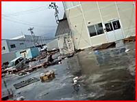 「助けて・・・助けて・・・」必死に助けを求めながらも津波に流されていく男性