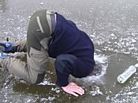 ウォッカがあれば極寒の湖でも楽しくなる動画。これはウォッカのステマか。
