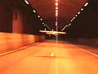 ラジコン飛行機をトンネルの中で飛ばしてみた 操縦者は追いかける車の中