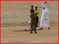 サウジアラビアで行われた斬首刑の様子。死刑執行人の剣の切れ味(注意)