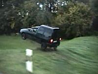 ぶっ飛びVW。道路から外れた車が段差でどーん!これは何が起きた?ww