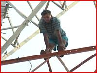 テレビカメラと妻の前で男性が鉄塔から飛び降りて自殺。その瞬間の映像。